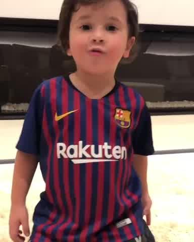 Mateo Messi cantando