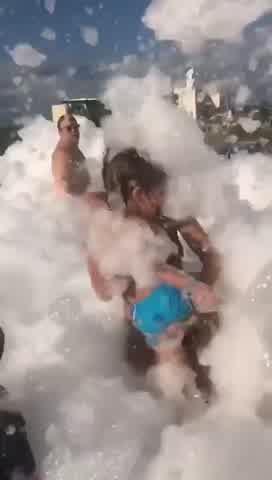 Pampita disfrutando fiesta de la espuma