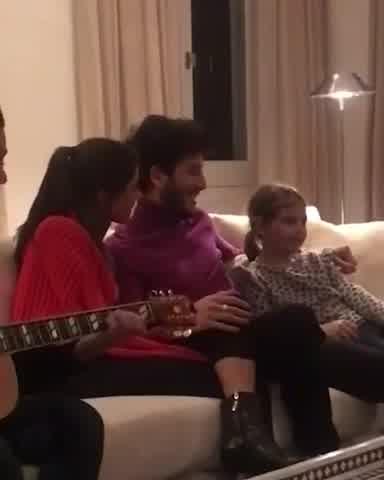 Tini y Yatra cantando con Antonia Macri
