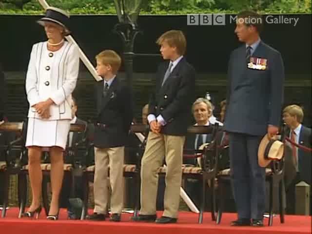 Princess Diana junto a Harry y William en VJ Day parade