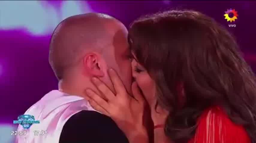 El tremendo beso entre Flor Vigna y Mati Napp que encendió la pista del Bailando