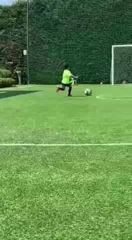 Mateo Messi jugando al futbol