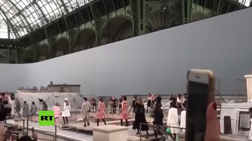 Modelo expulsa a espontánea que se coló en un desfile de Chanel