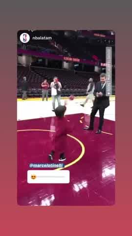 Lolo Tinelli juega al basquet