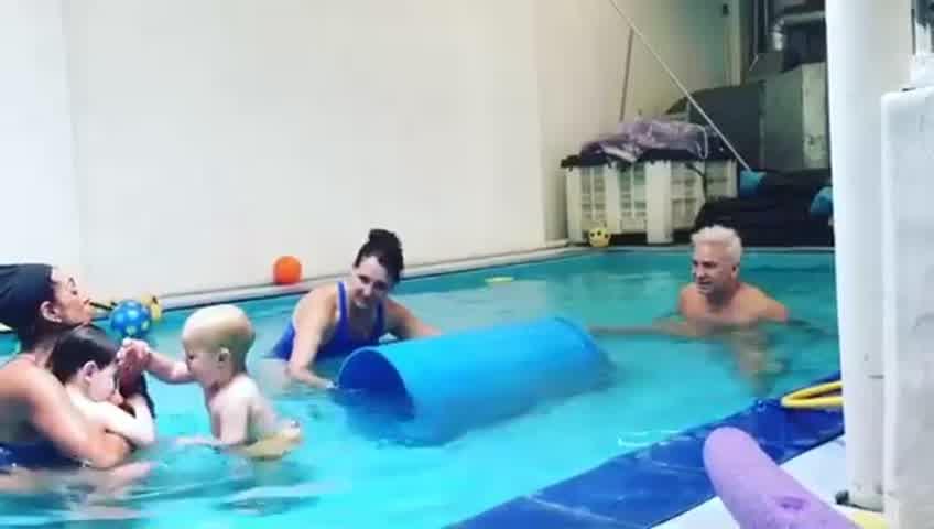 Flavio y su hijo en clases de natación