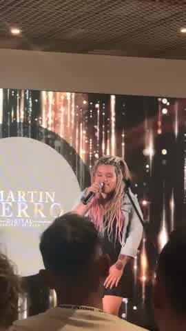 Con un osado look, Morena Rial cantó en los Martín Fierro digital