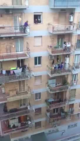 Italianos cantan el himno desde sus balcones