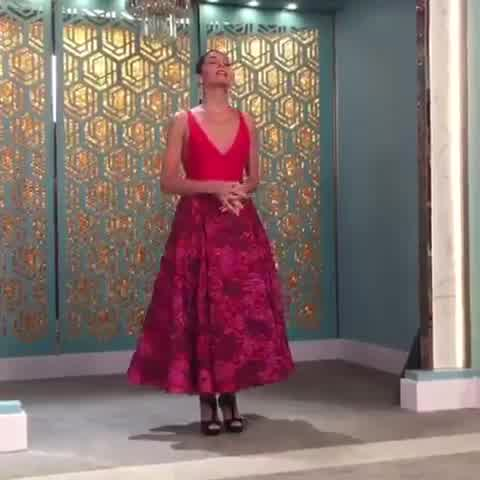 "Juana Viale en \""La Noche de Mirtha\"", look total red"