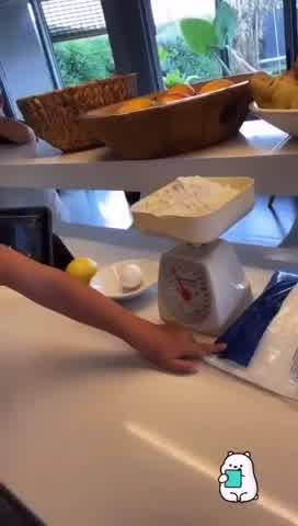 La receta de Tyron, el hijo de Jimena Cyrulnik, para cocinar galletitas de limón en cuarentena