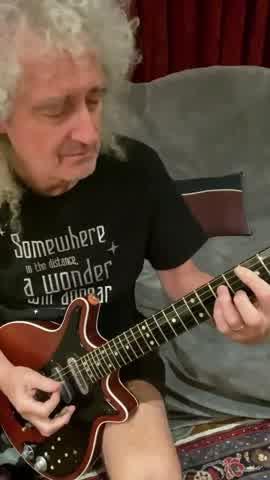 ¡Siguen las clases! ahora Brian May te enseña cómo tocar We are the Champios