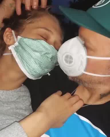 René Pérez y Kasia Mónica en un extraño chape con barbijos por el Coronavirus