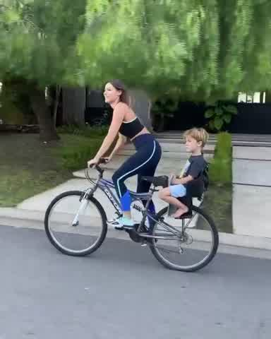 Pampita andando en bici