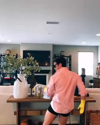 Diego Boneta bailando en boxer