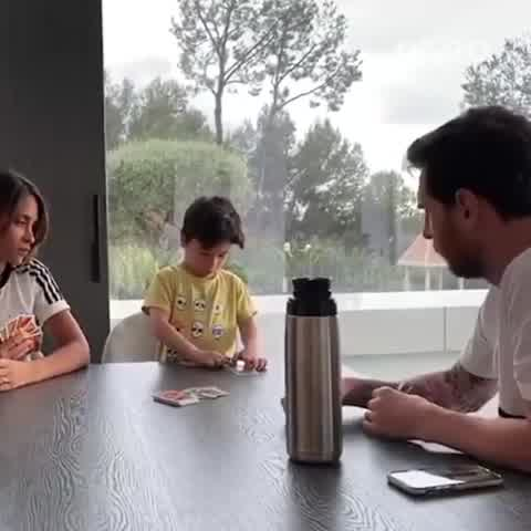 """El tierno video de Mateo, el hijo de Lionel Messi y Antonella, aprendiendo a jugar al \""""UNO\"""""""