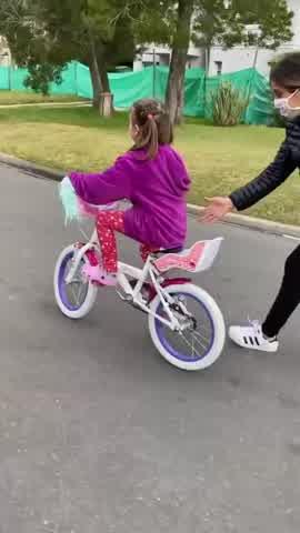 La emoción de Cinthia Fernández al ver que una de sus hijas aprendió a andar en bicicleta