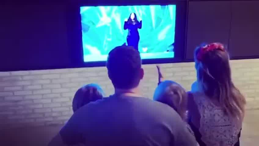Luisana Lopilato y Michale Bublé y sus hijos hicieron un show aparte cantanto Frozen