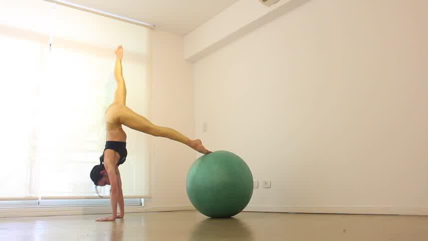 Reto de abdominales y brazos con pelota