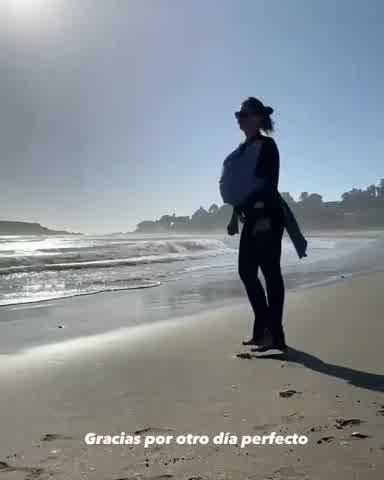 La China Suárez con Amancio en la playa