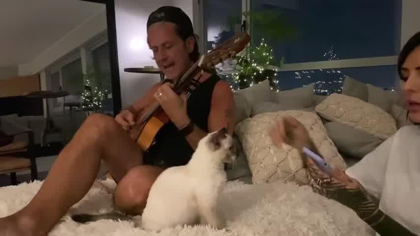 Cande Tinelli y Coti afianzan su amor cantando juntos en la cama