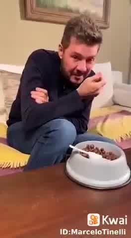 Marcelo Tinelli perdió una apuesta y tuvo que comer alimento de su mascota