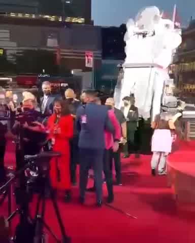 Conor McGregor agredió a Machine Gun Kelly en los MTV VMAs 2021 II