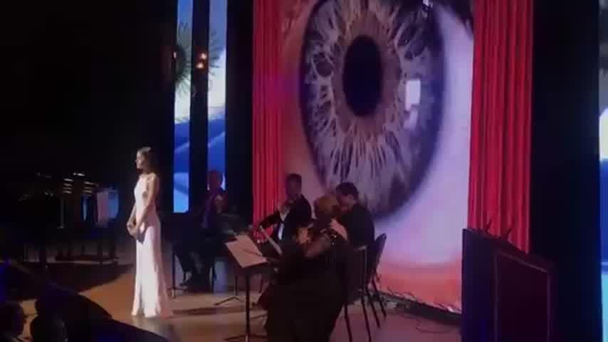 Tini cantó el himno en el Teatro Colón